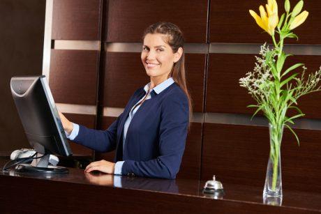کارمند پذیرش هتل